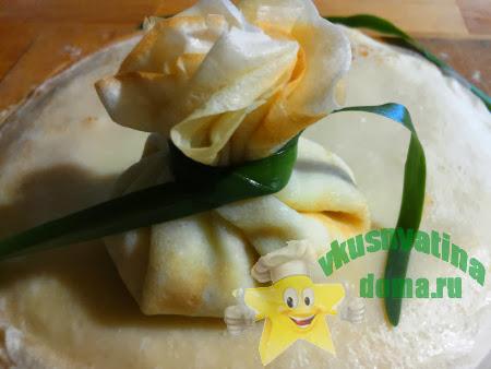 Обвязываем блинные мешочки луком или сыром