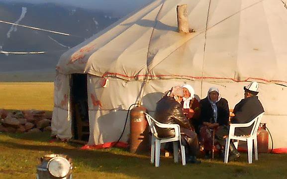 Alte Kirgisen vor einer Jurte bei Aitbek am Song Köl, Kirgistan