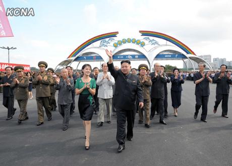 北朝鮮、謎の女性は金正恩第1書記の妻と報道 遊園地で大はしゃぎ