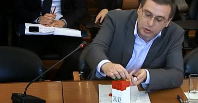 Paulo Sá, deputado comunista, usa LEGOs para explicar carga fiscal