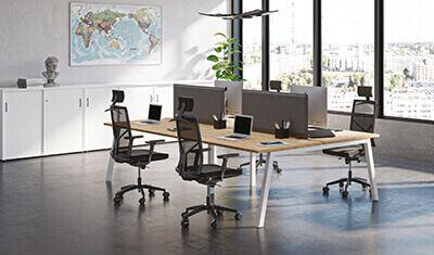 open space avec tables de bureau de style déco scandinave