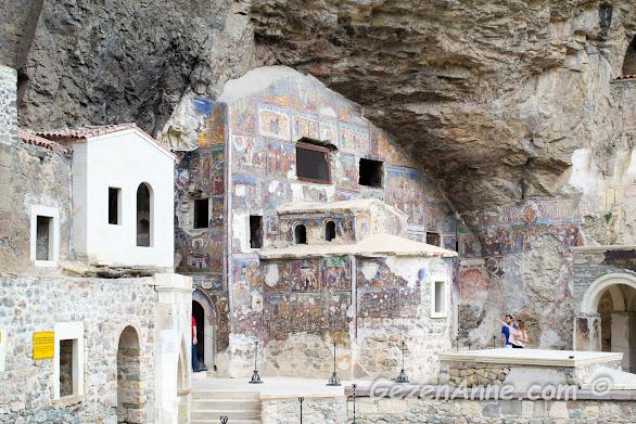taşlar oyularak inşa edilmiş Meryem Ana Sümela manastırının binaları ve freskleri, Maçka Trabzon