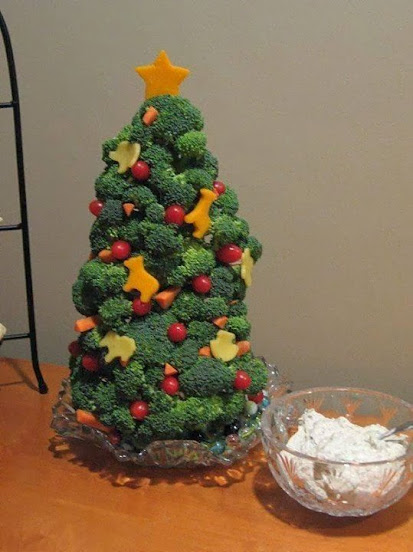 Broccoli, tomatoes and Cheese xmas tree