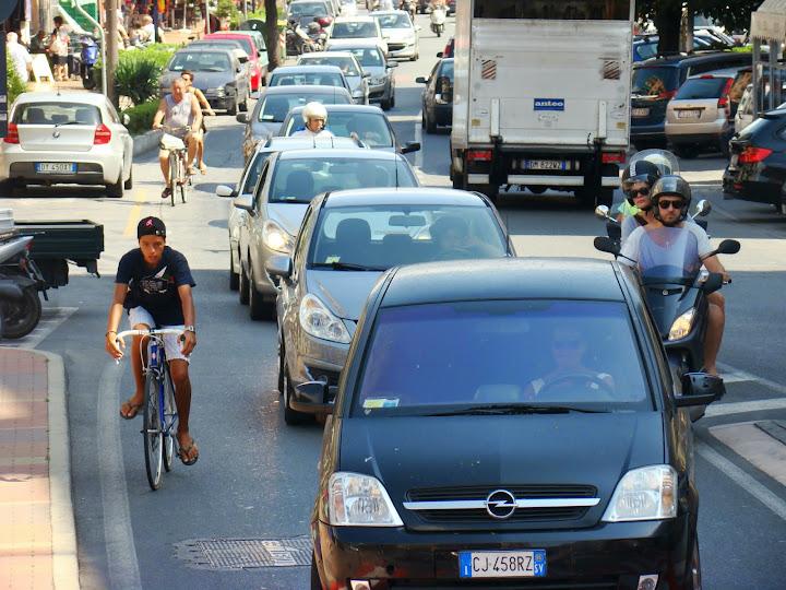 Via Aurelia a su paso por Loano, hora punta de las 12 de la mañana