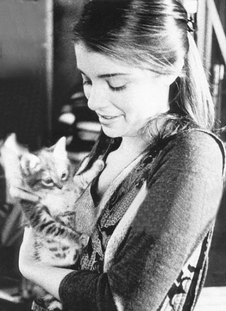 Shiri Appleby and a cat