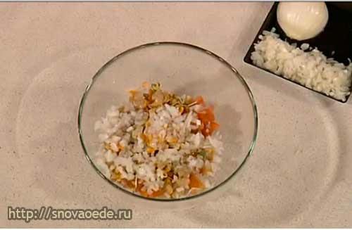 добавить в салат лук