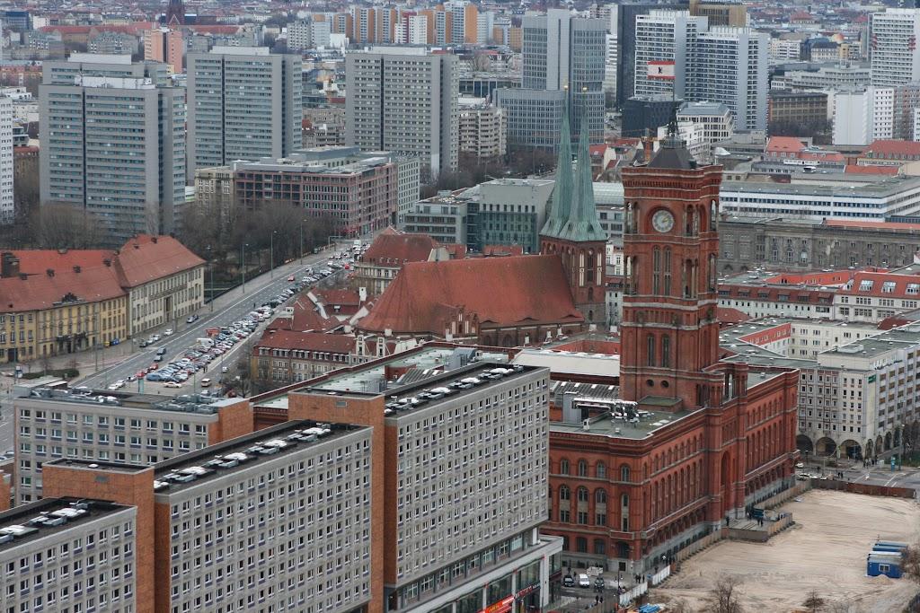 Vor dem roten Rathaus wird gebaut.