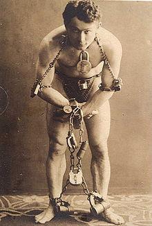 Гарри Гудини перед выполнением трюка с самоосвобождением, 1899 год