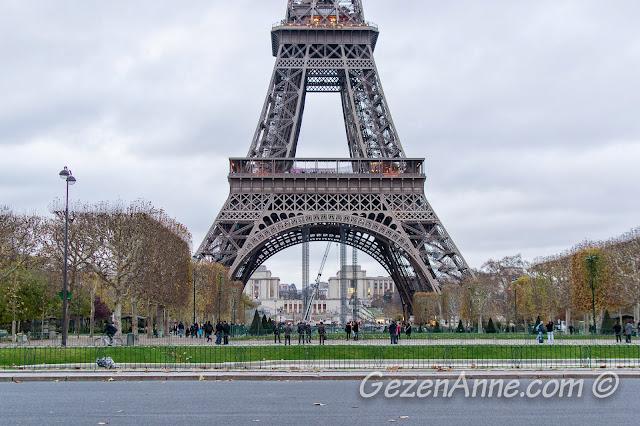 Eiffel Kulesi üzerinde önemli Fransız bilim adamlarının isimleri