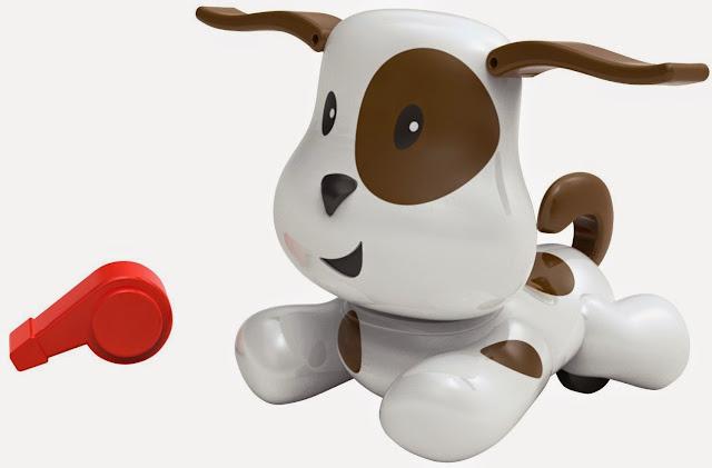 Chó Puppy điều khiển bằng còi có những đốm nâu trên bộ lông trắng sữa