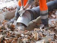Gli escavatori a risucchio aspirano calcinacci e altro materiale