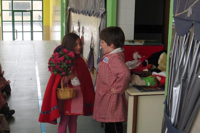 los alumnos representan caperucita roja