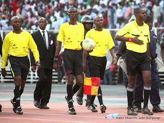 Des arbitres du match V-Club contre DCMP le 10/11/2013 au stade de Martyrs à Kinshasa, score : 2-0. Radio Okapi/Ph. John Bompengo