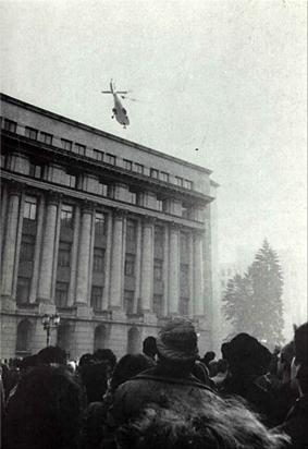 Helicóptero huyendo desde la terraza del edificio del PCR con los Ceauşescu a bordo. (Foto y texto de wikipedia)