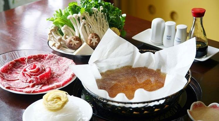 Lẩu giấy với nước lèo và các loại nguyên liệu dùng để nhúng