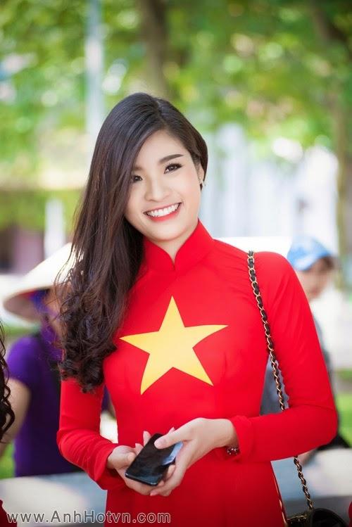 Người đẹp Việt mặc áo dài cờ đỏ sao vàng