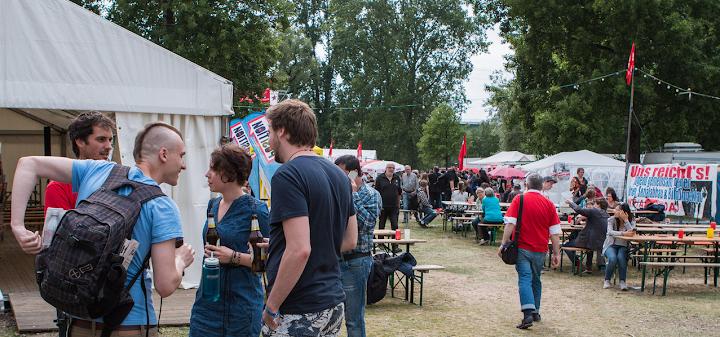 Festivalgelände mit Besuchern.