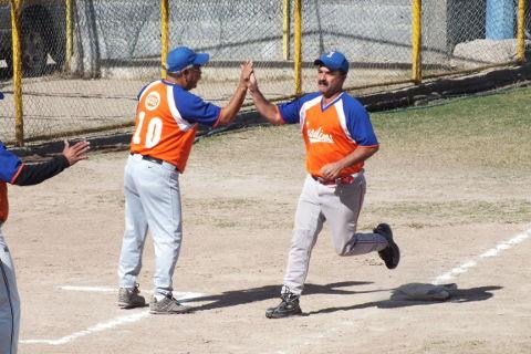 Adrián Leal de Insulinos en el softbol dominical de Bellavista