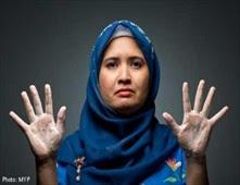 امرأة تغسل يديها 300 مرة يوميا
