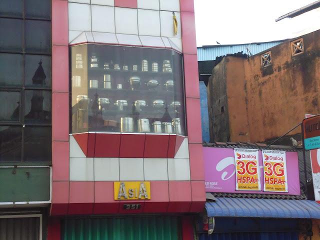 помуда в витринах магазинов Коломбо