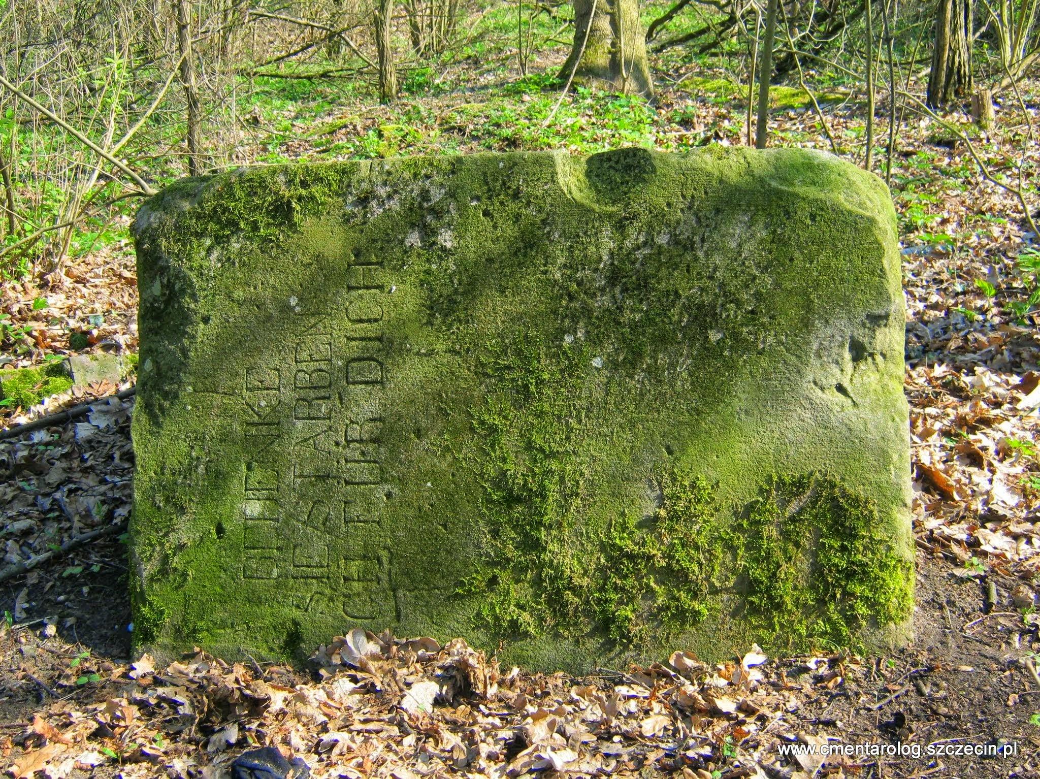 Strącony z cokołu pomnik pierwszowojenny w Żydowcach