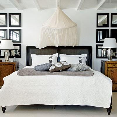 de imgenes en las que los espejos ya sea en la mesilla de grandes dimensiones apoyado en el suelo o sobre el cabecero de la cama son los autnticos