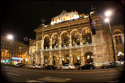 Vista nocturna de la fachada frontal de la Ópera de Viena
