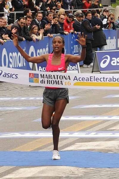 la etíope Firehiwot Dado, que hizo su debut en el maratón de Nueva York, y tres veces ganadora del de Roma, batió en los dos últimos kilómetros, con tiempo de 2h23:15,