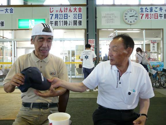 飯田さんより、信治さんへ帽子が寄贈されました