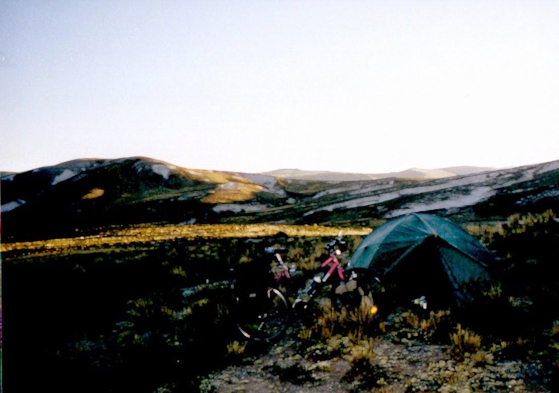 Frühmorgens oberhalb des Rio Apiñacoccha (?). Im Hintergrund schneeweiße Sandhügel, auf dem Zelt die übliche Eiskruste