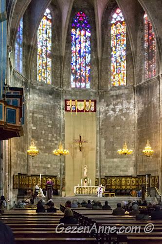 Santa Maria del Pi Kilisesi içindeki Pazar ayini, Barselona