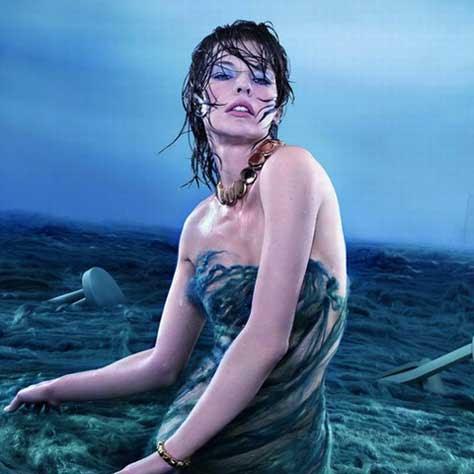 Milla Jovovich, en el agua