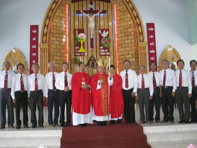 Hình ảnh thánh lễ và ban bí tích Thêm sức tài Giáo Hạnh Trí