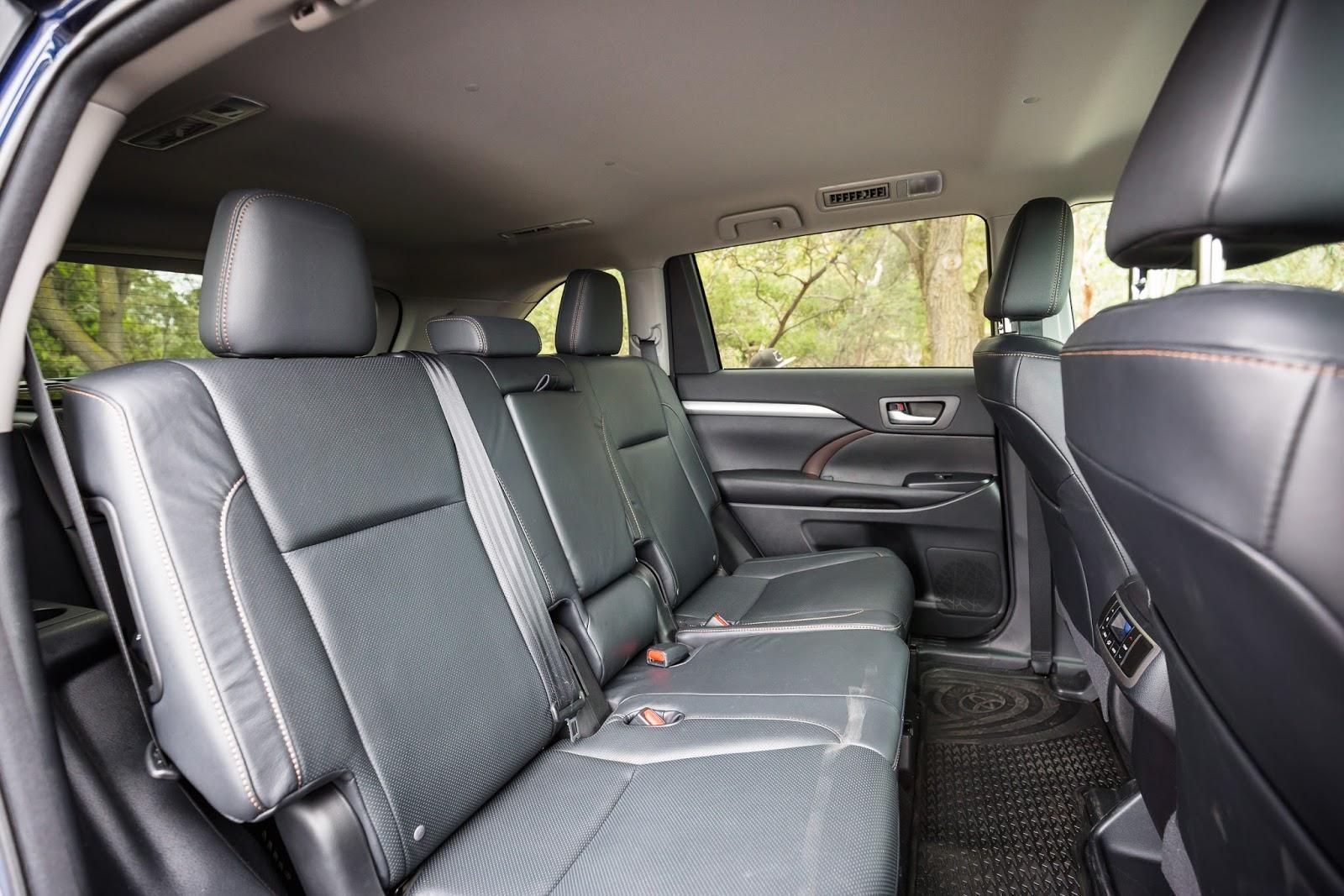 Hàng ghế thứ hai của xe to, cực rộng cho 3 người ngồi