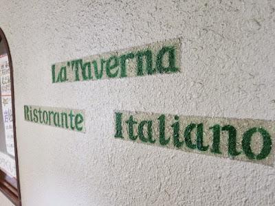 La Taverna Ristrante Itarianoと壁に書かれた文字