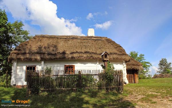 drewniane chaty w muzeum wsi kieleckiej w Tokarni