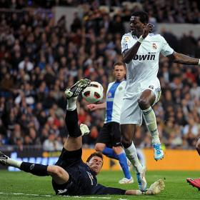 Adebayor fight for a ball agaisnt Hercules goalkeeper