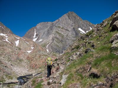 Caminant amb el Pic de Pedrafita davant