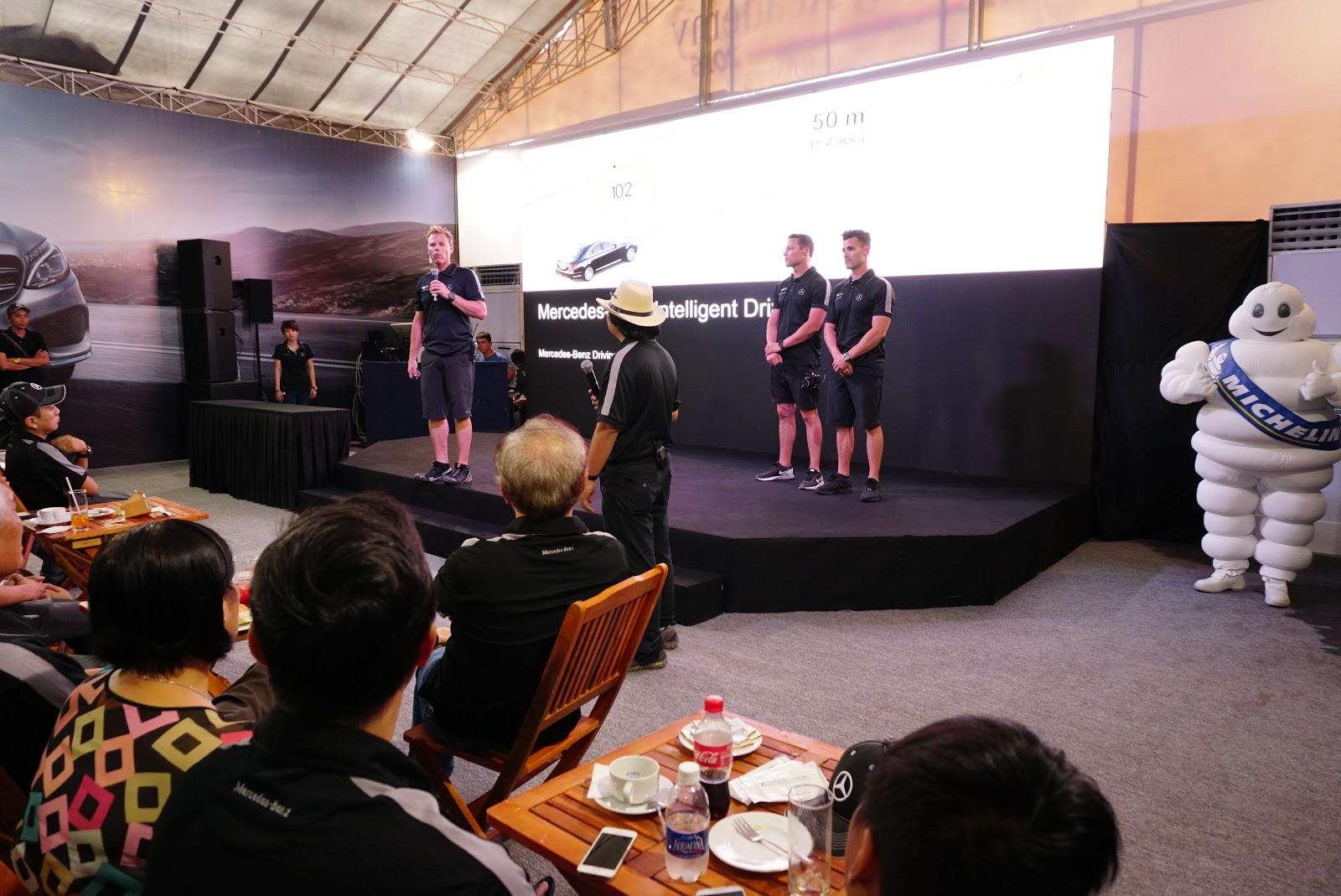Các huấn luận viên đang giới thiệu và hướng dẫn các tính năng, kỹ năng lái xe Mercedes