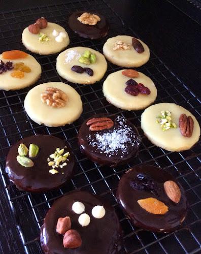 Ciasteczka kruche, ciastka kruche, orzechy,owoce suszone,czekolada,deser,