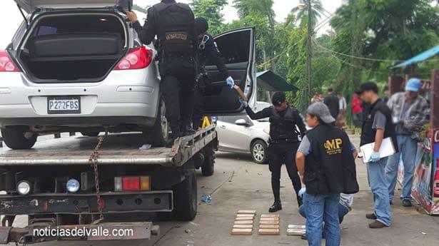 Paquetes de droga localizados dentro de vehiculo que era trasportado en grua