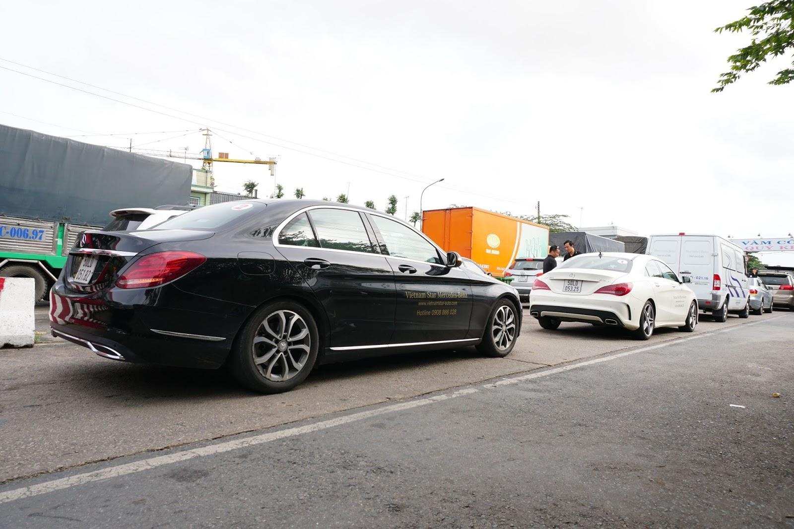 Đoàn xe của Mercedes Benz dừng tại phà Vàm Cống, An Giang