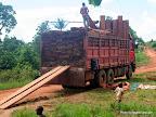 Un camion rempli de bois dans le territoire de Mambasa en Province Orientale