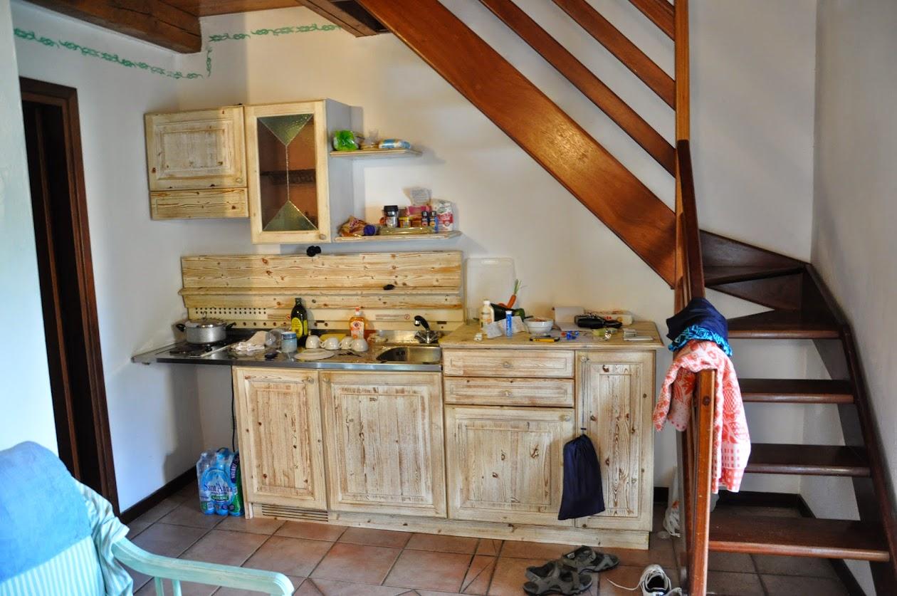 Мини прихожая с кухней и лестница.