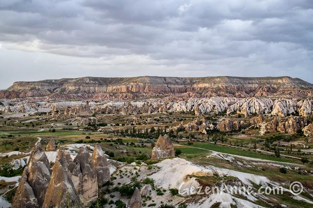 Kapadokya'da Göreme'deki Aydın Kırağı'dan Kızılçukur Vadisi manzarası