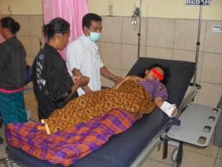 Ernawati dirawat di IGD RSUD Soeroto Ngawi mengalami luka di tangan kiri