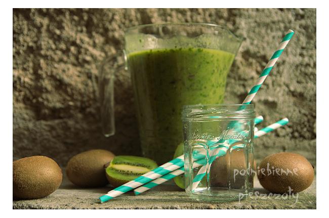 Zielony koktajl z kiwi i wodą kokosową