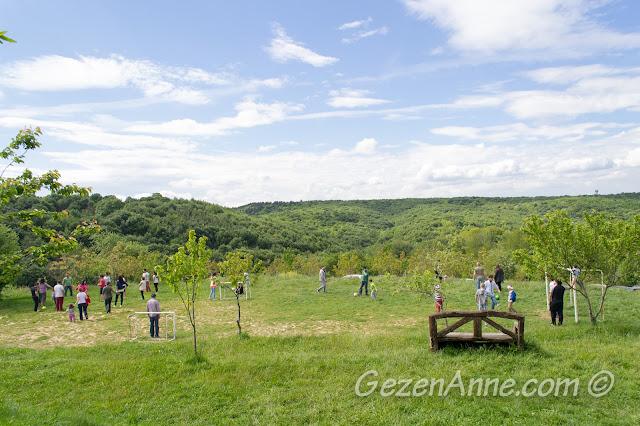 Stella'nın geniş yeşilliklerinde top oynayanlar, Polonezköy