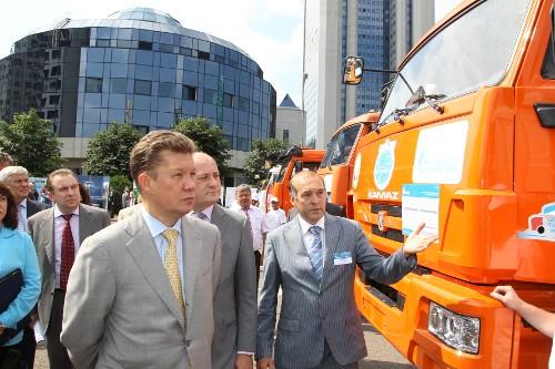 Aleksei Miller, prezes Gazpromu, przed siedzibą koncernu w czasie wystawy pojazdów CNG