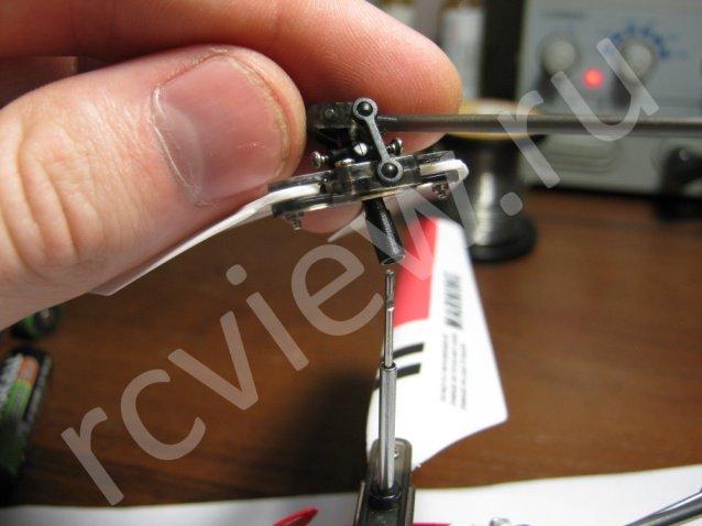Второй этап разборки головы несущего винта радиоуправляемого минивертолета